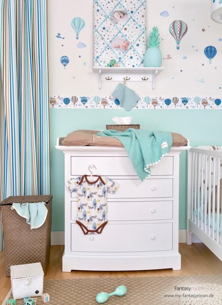 Babyzimmer in Mint und Taupe mit selbstklebender 'Heißluftballons' Bordüre von Dinki Balloon