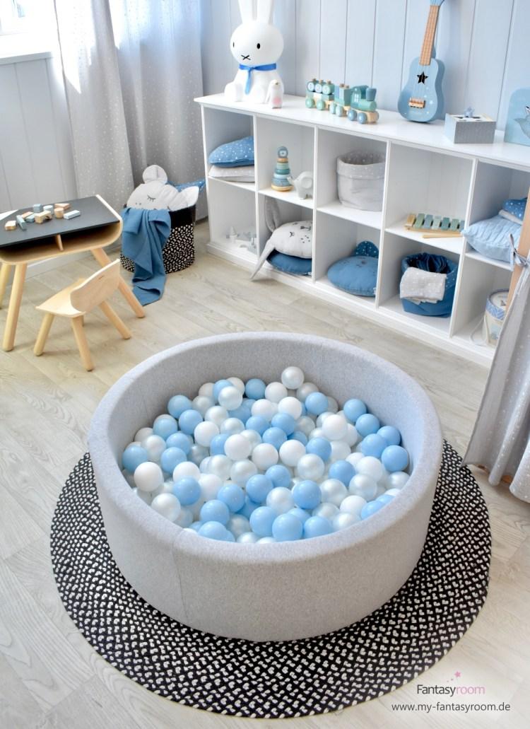 Bällebad in Grau, Perlmutt und Hellblau im Spielzimmer für Jungen