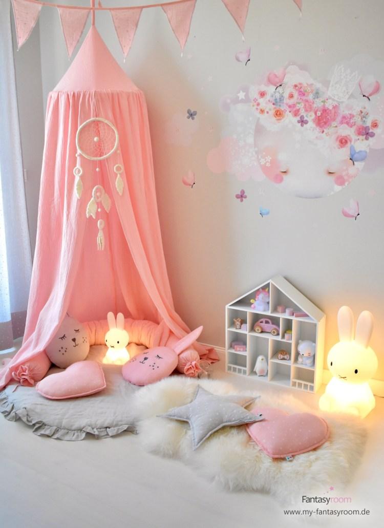 Kuschelecke im Mädchenzimmer mit rosa Baldachin, Lammfell, Kuschelkissen und Miffy Lampe