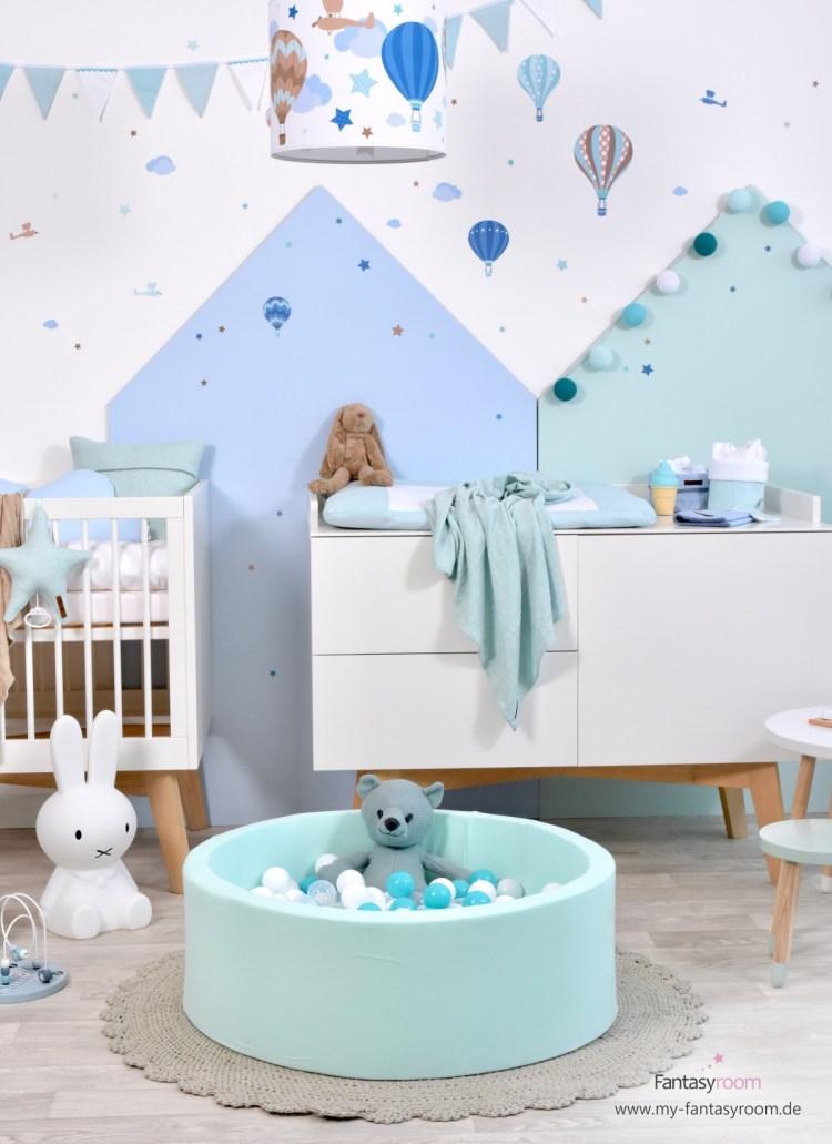 Bällebad in Mint im Babyzimmer mit Heißluftballons in Mint und Taupe