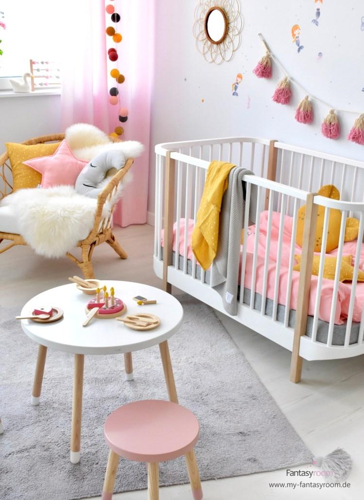 Fröhliches Kinderzimmer für Mädchen in Senfgelb und Rosa, mit Meerjungfrauen Wandstickern und Musselin Textilien von Dinki Balloon
