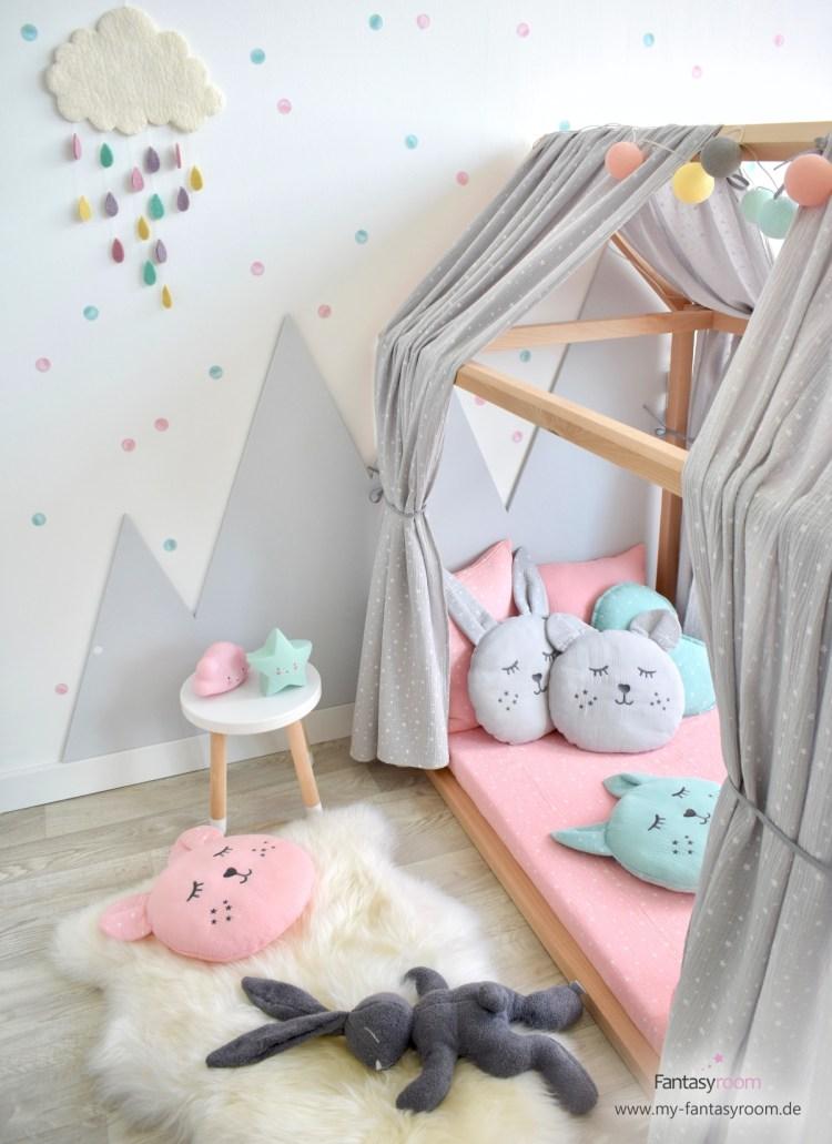 Kinderzimmer für Mädchen mit Hausbett und Aquarell Punktestickern in Rosa und Mint