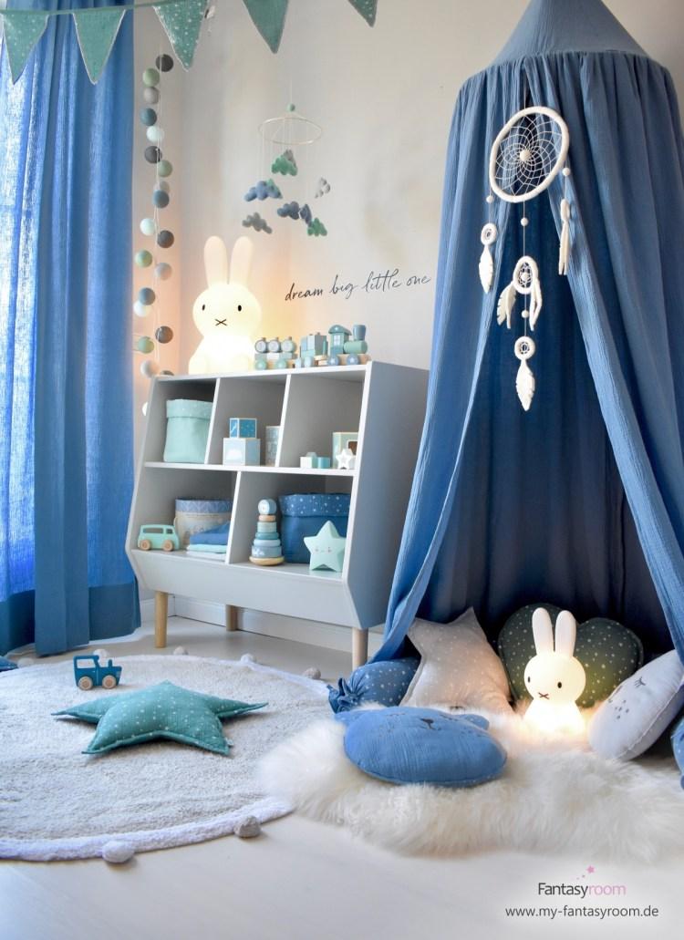 Spielzimmer in Blau und Jade, mit Musselin Textilien und cremefarbenem Traumfänger