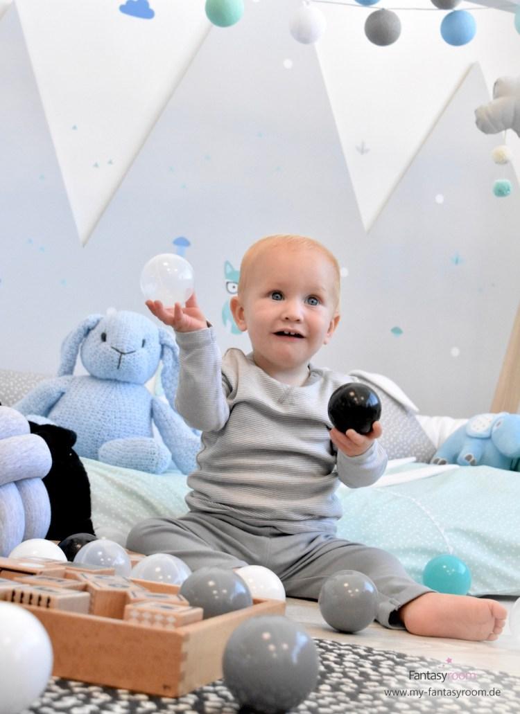 Baby mit Bällen im Waldtiere Kinderzimmer von Dinki Balloon