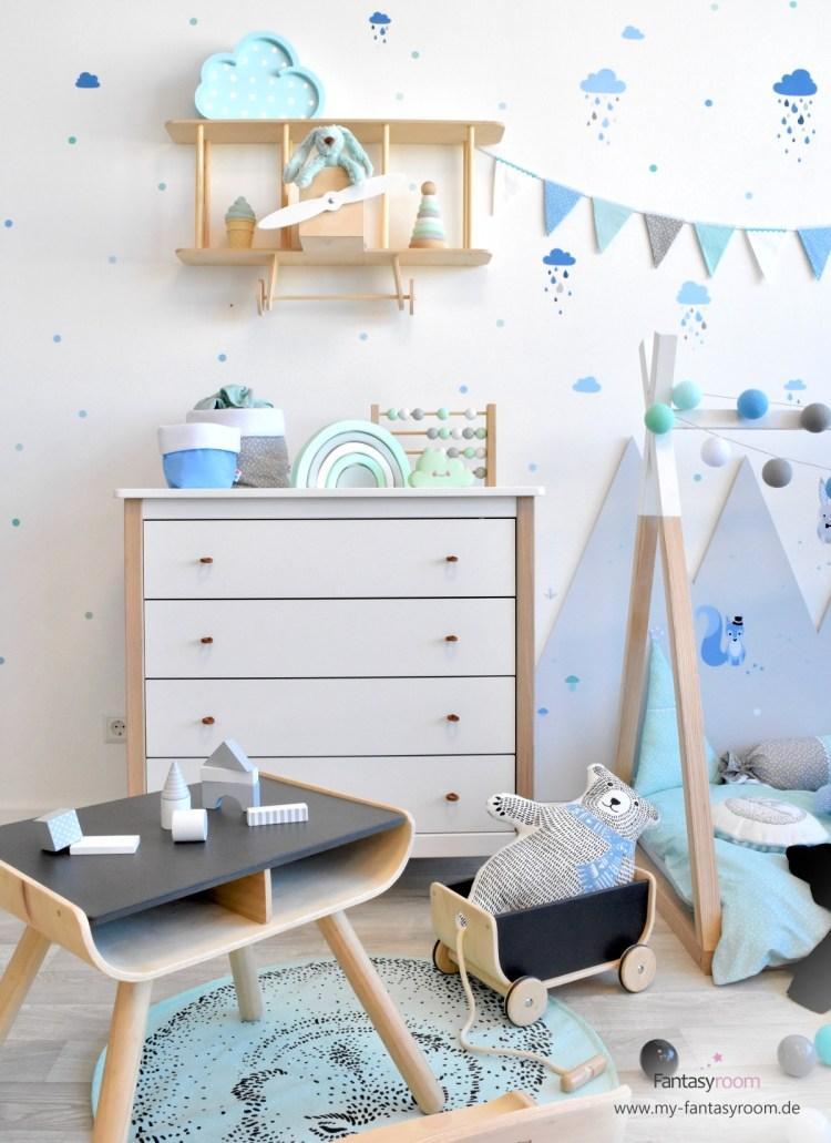 Kinderzimmer in Blau mit Wandregal Flugzeug