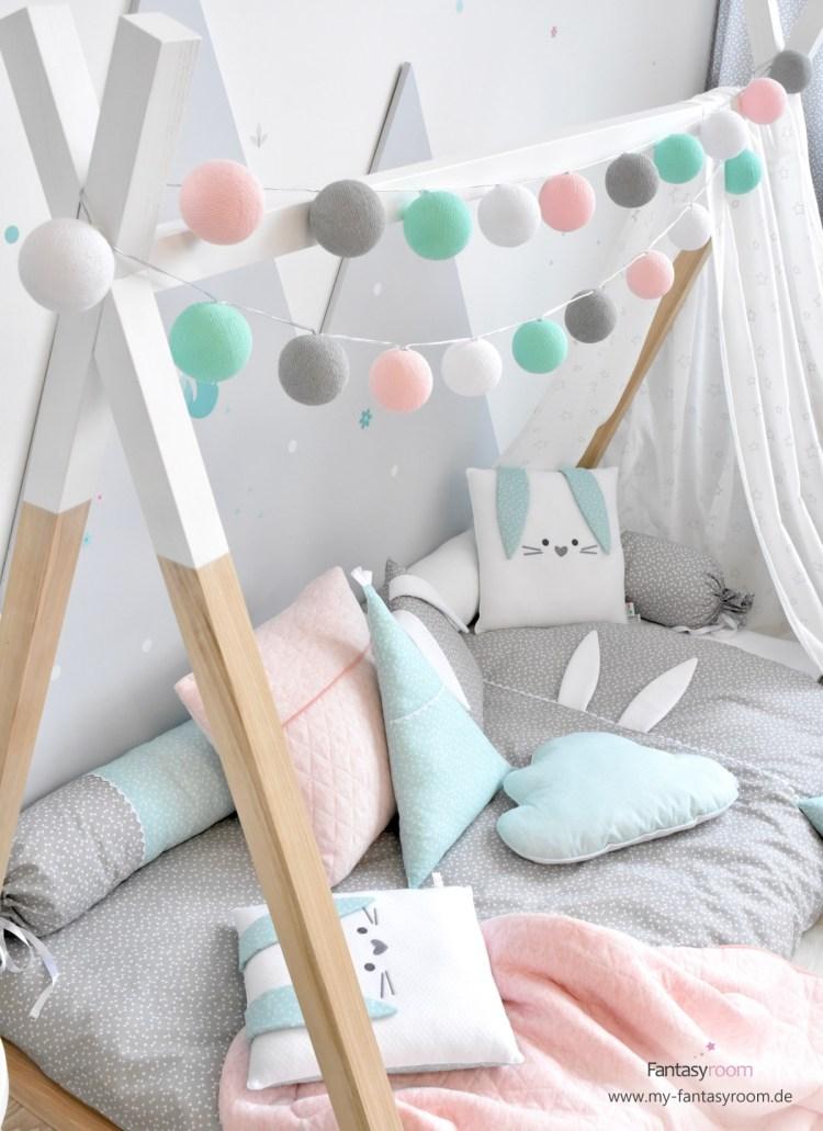Tipibett mit Stoffhimmel, Lichterkette und Mobile als Schlaf- und Kuschelplatz