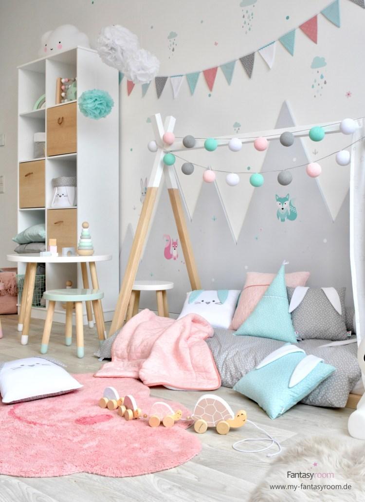 Mädchenzimmer mit Tipibett und großem offenem Regal für Spielzeug