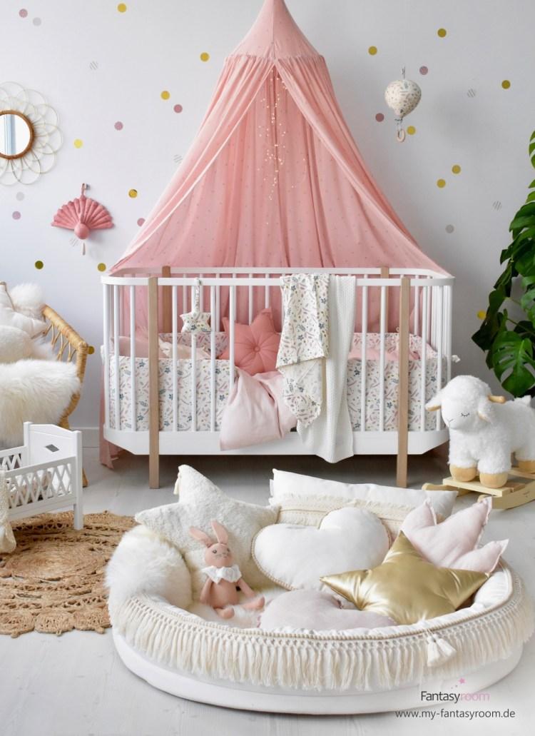 Babybett 'Wood' von Oliver Furniture mit herausnehmbaren Gitterstäben und Textilien in Creme und Altrosa