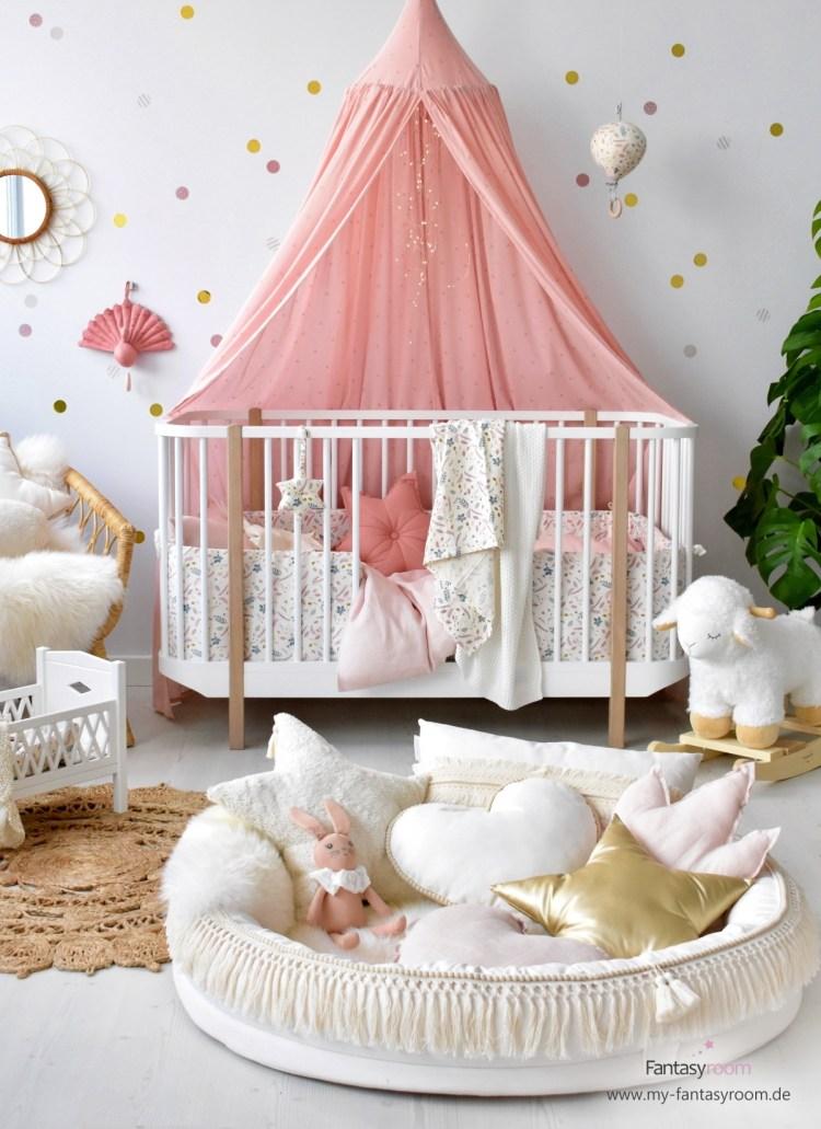 Babyzimmer für Mädchen mit gepunkteter Wand in Gold & Altrosa