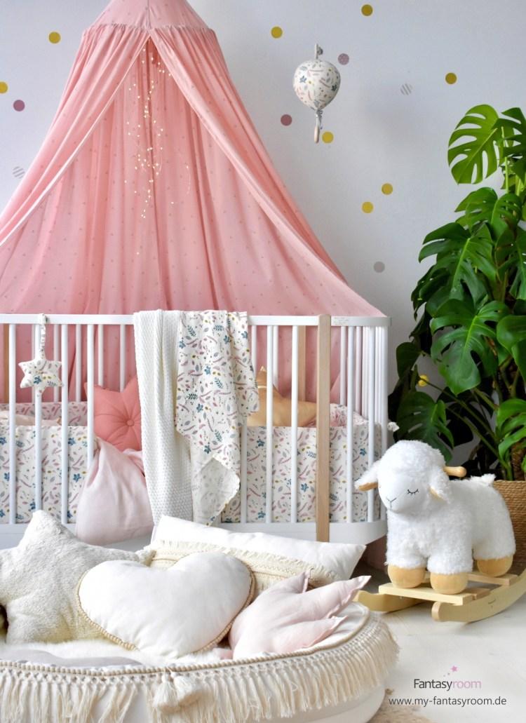 Babyzimmer mit kuscheligen Textilien in Creme und Altrosa