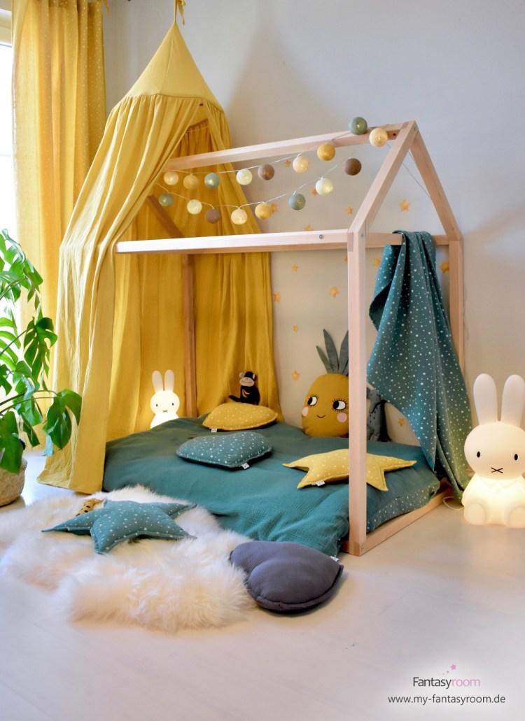 Hausbett im Tropic-Look im trendigen Kinderzimmer in Senfgelb und Jade