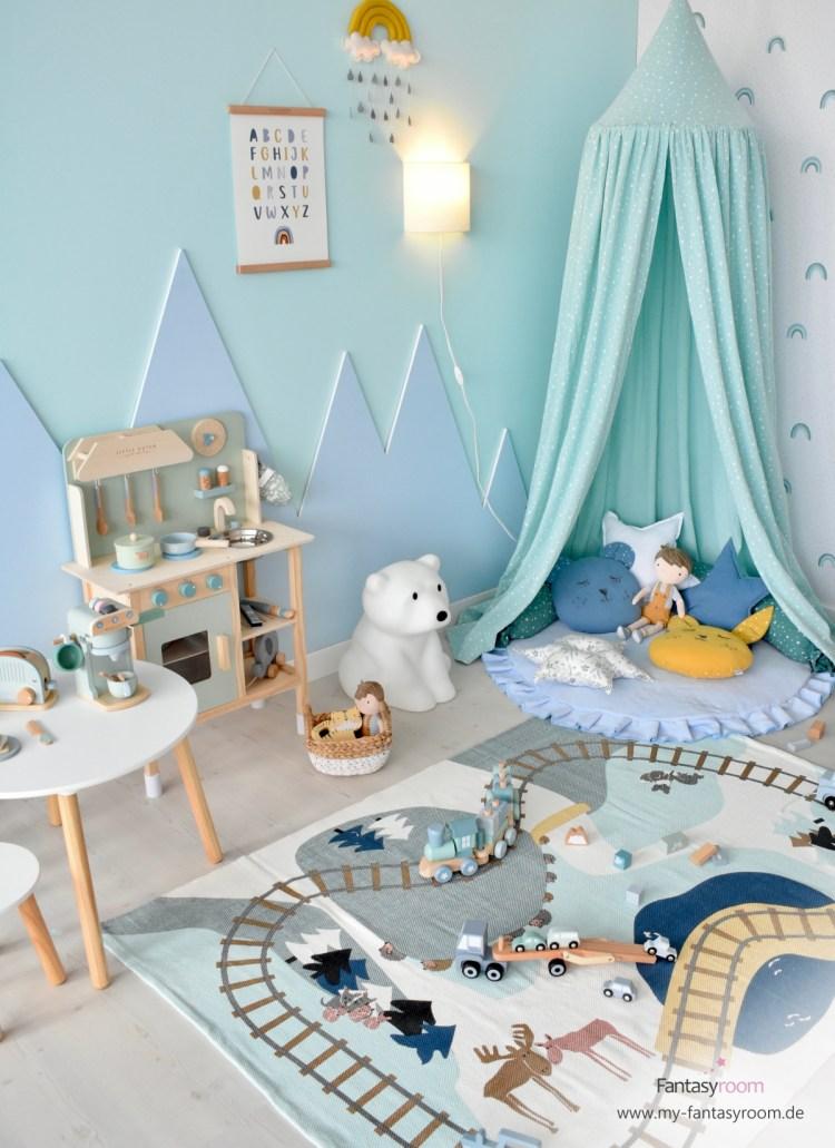 Kinderzimmer in Mint und Blau mit Spielteppich, Kuschelecke, Kinderküche und Holzspielzeug