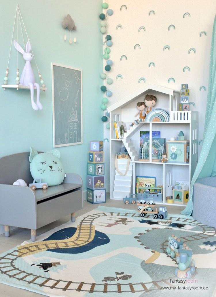 Kinderzimmer mit Puppenhausregal, Holzspielzeug und Banktruhe von Flexa Play
