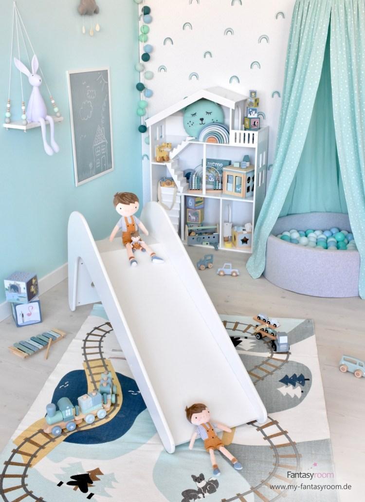 Kinderzimmer mit Rutsche und Holzspielzeug in Mint und Blau