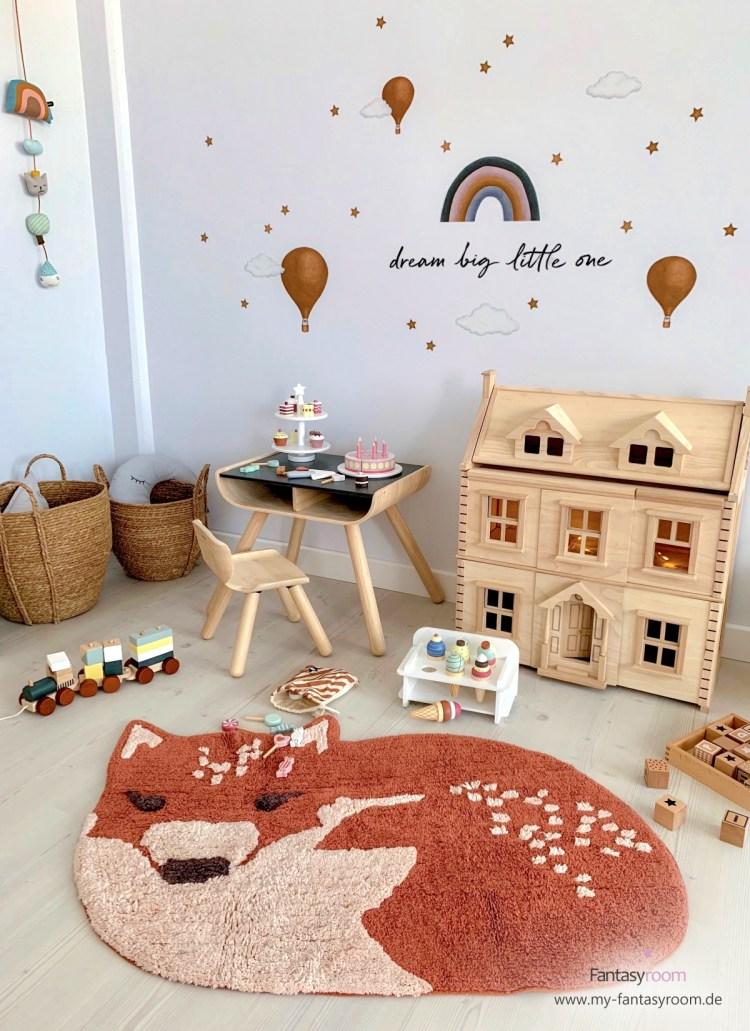 Kinder Spielecke mit Holzspielzeug und Sitzgruppe von Plantoys