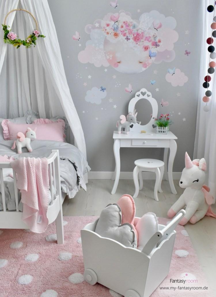 Prinzessinnenzimmer in Rosa und Grau mit Mond-Wandtattoo, Schminktisch und Einhörnern