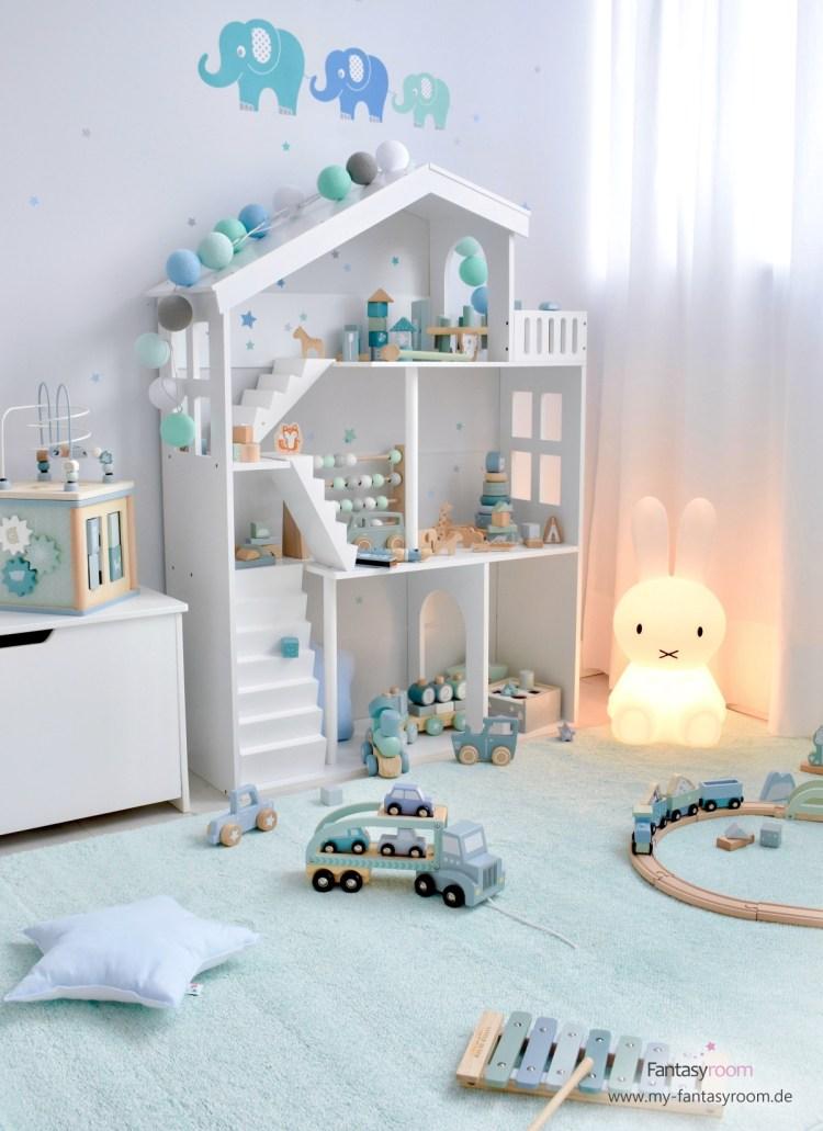 Jungen Spielecke mit Puppenhaus Regal, mintfarbenem Teppich und Holzspielzeug in Mint und Blau