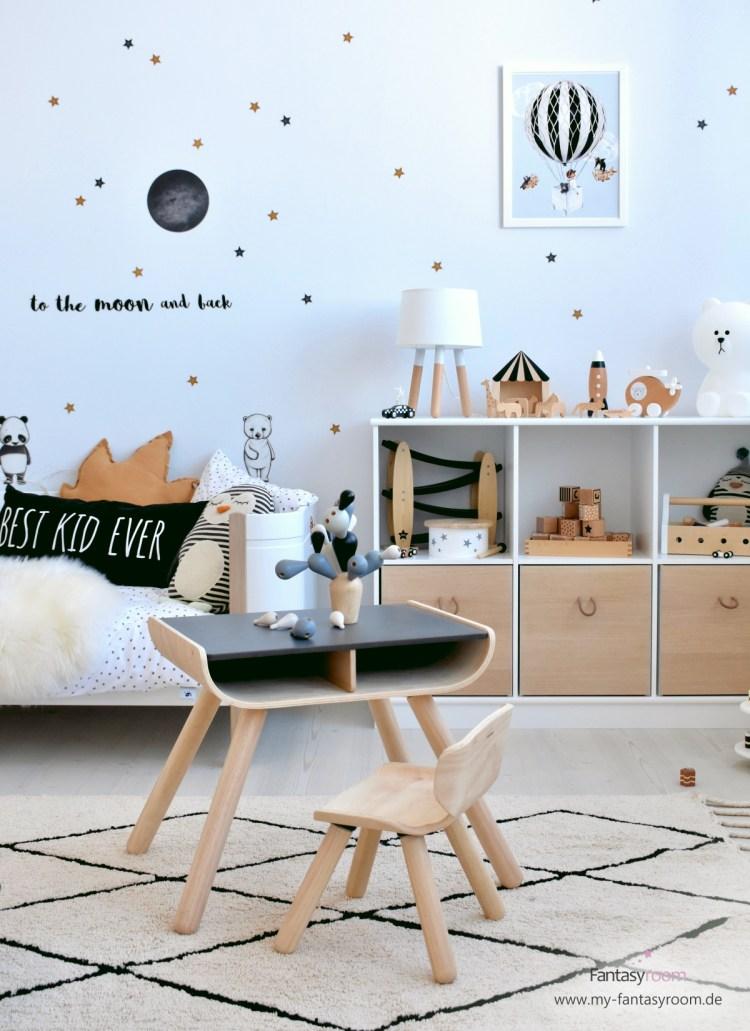 Modernes Kinderzimmer mit Holzmöbeln und Holzspielzeug in Natur, Schwarz und Weiß