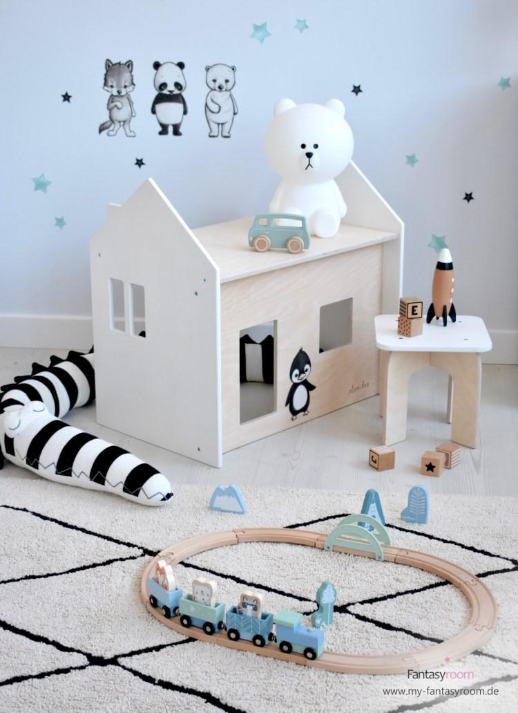 Kindersitzgruppe 'Puppenhaus' mit blauer Eisenbahn und Stickstay Wandstickern