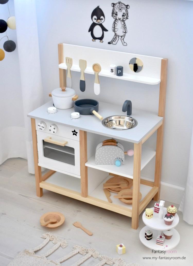 Kinderküche von Kids Concept in Naturholz, Grau und Weiß