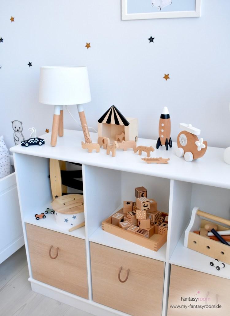 Offenes Spielzeugregal 'Wood' von Oliver Furniture mit passenden Kisten und schönem Holzspielzeug