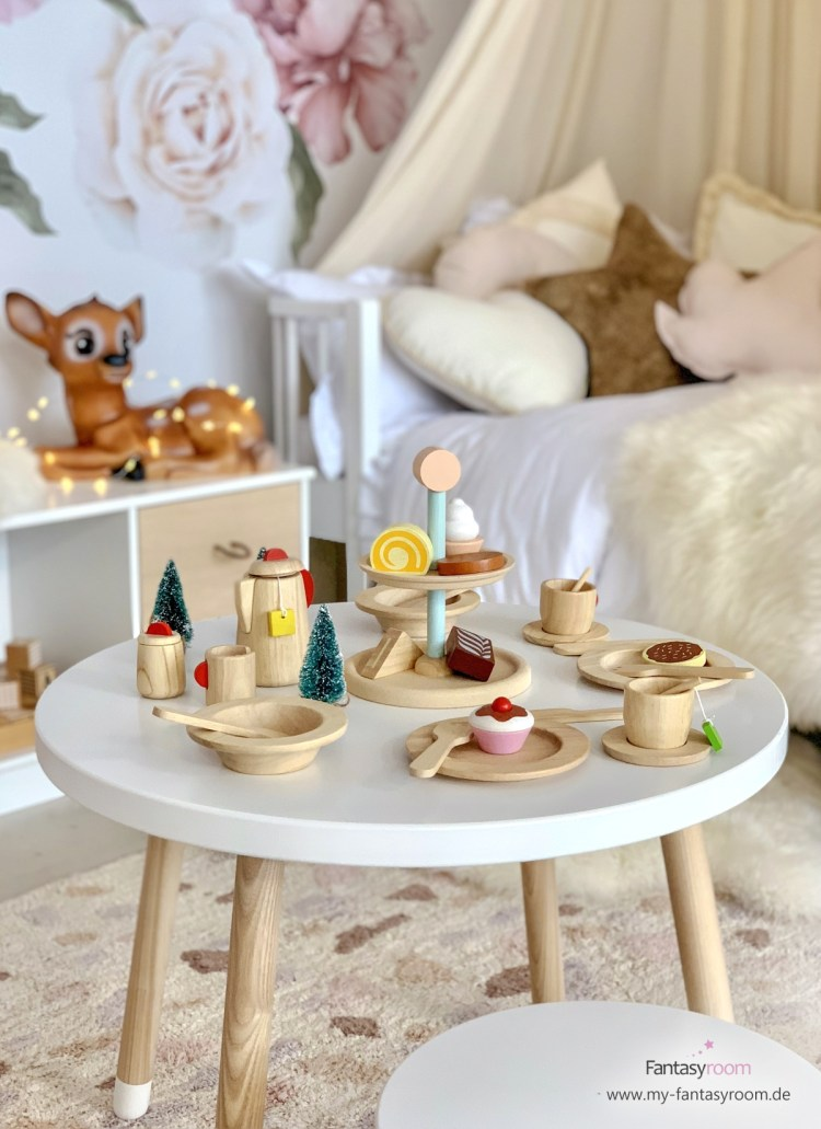 Kinderküchen Holzspielzeug von Plantoys: Pralinen Etagere und Holzteller auf dem Kindertisch