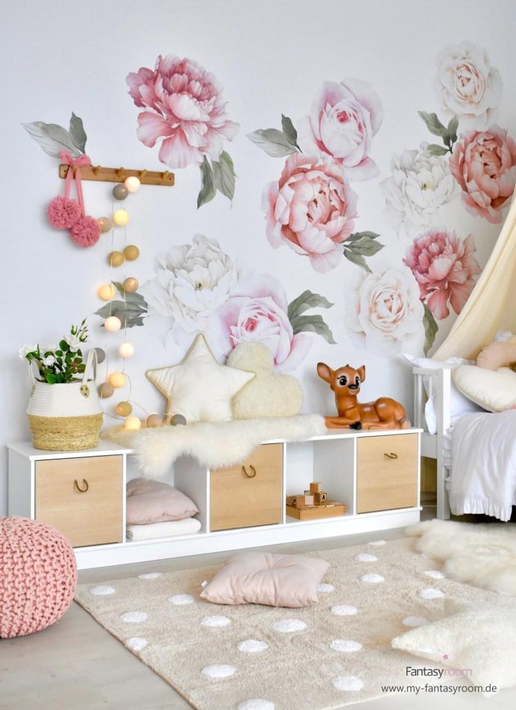Offenes, niedriges Regal 'Wood' von Oliver Furniture im Mädchenzimmer als zusätzliche Sitzgelegenheit