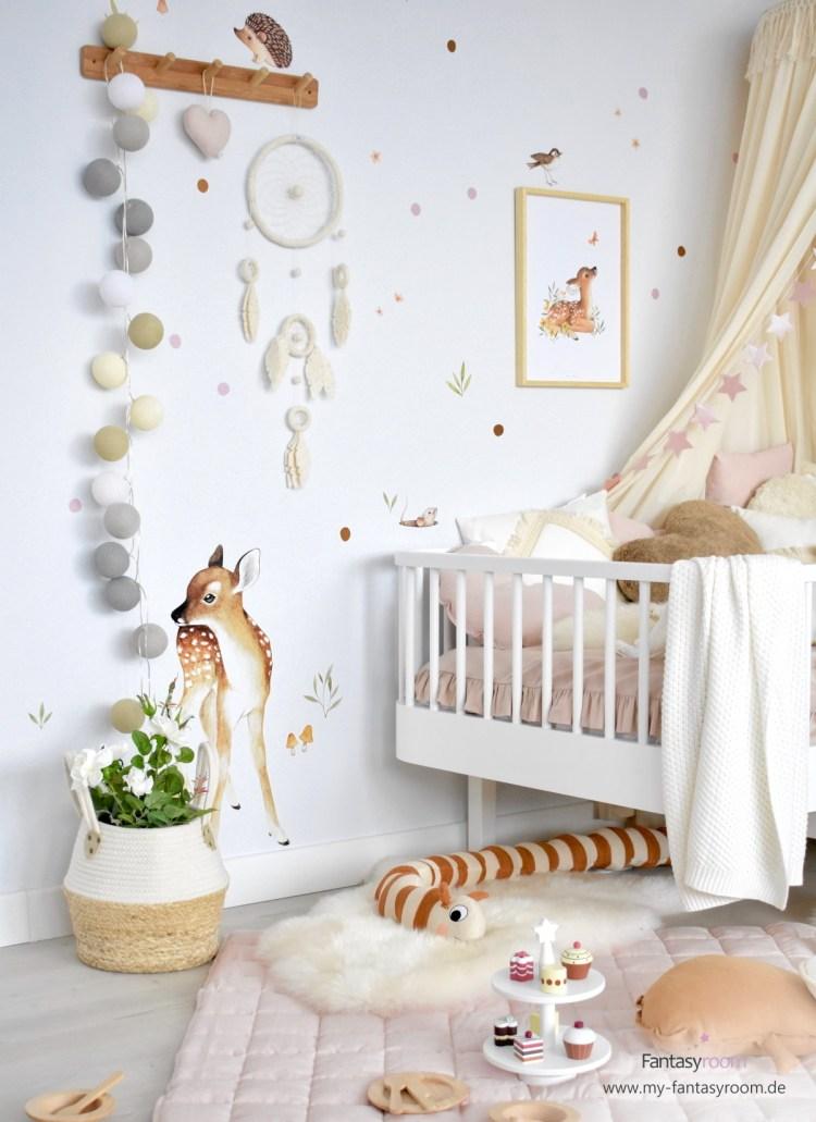 Mädchenzimmer in Naturtönen mit Lilipinso Poster und Wandstickern mit Waldtieren