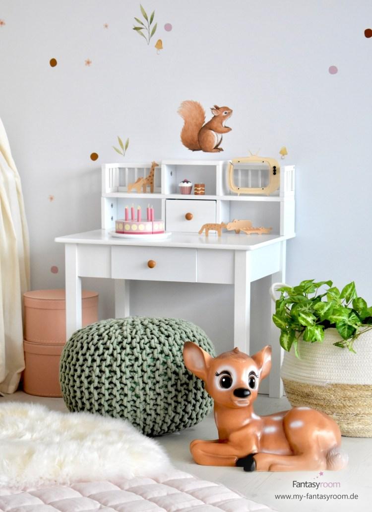 Mädchenzimmer in Naturtönen mit Schreibtisch, Sitzpuff in Grün und passender Deko