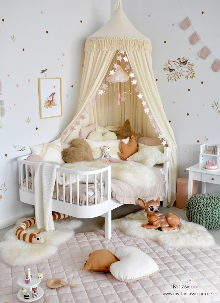 Mädchenzimmer mit Waldtieren, mit Punkte Wandstickern ergänzt