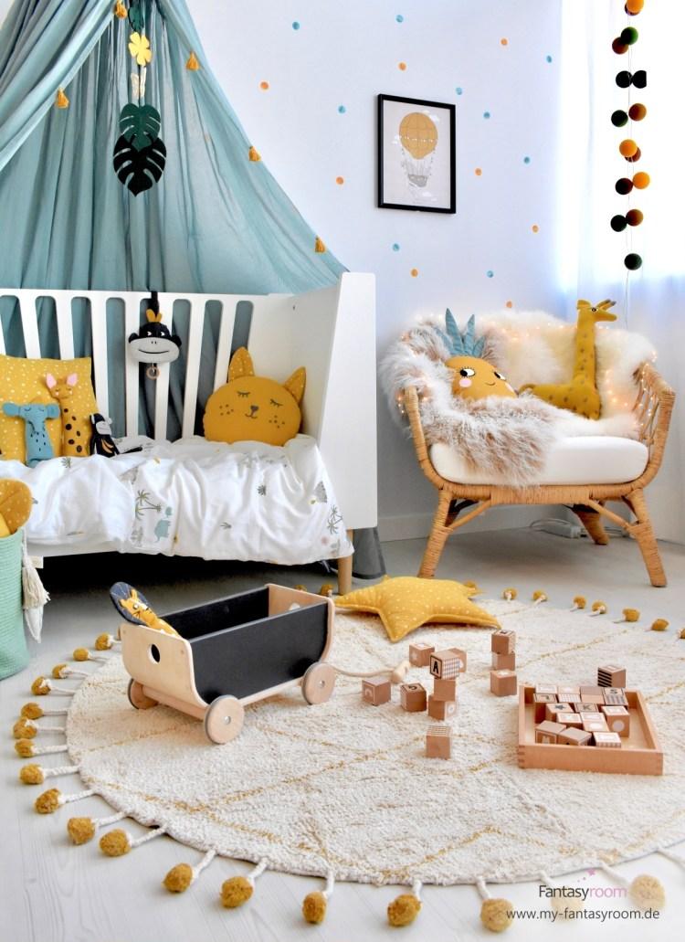 Kleinkind Zimmer im tropischen Look mit Senfgelb und Jadetönen, Sitzplatz und Spielteppich
