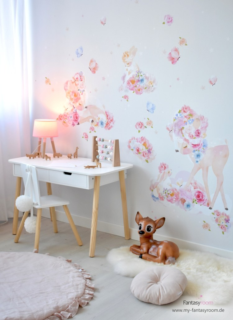 Mädchen Kinderzimmer mit Schreibtisch und Stoff-Wandtattoos von Schmooks 'Rehlein'