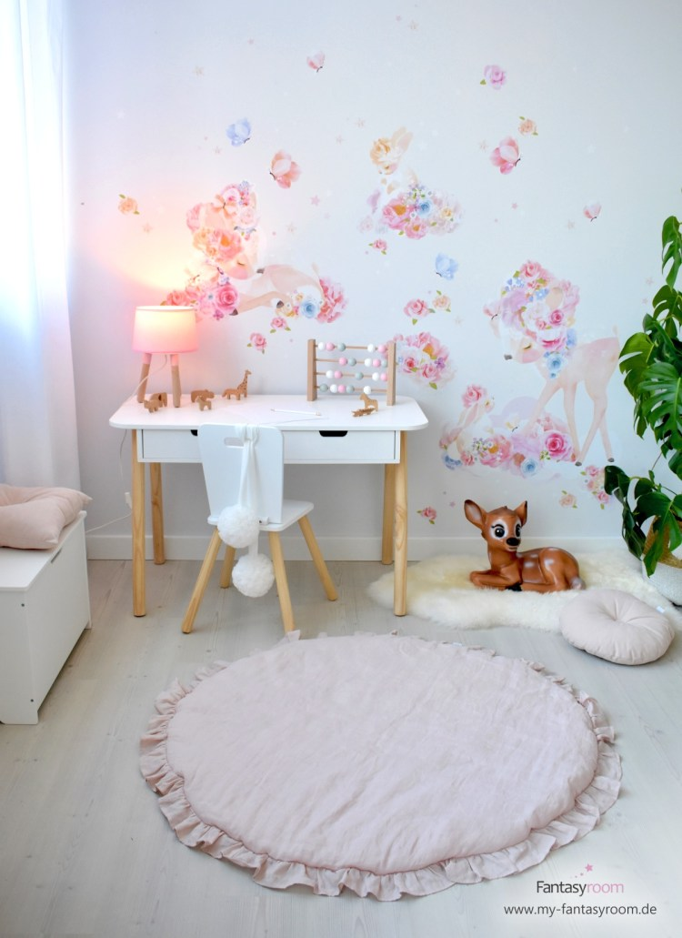 Mächenzimmer mit Schreibtisch und Stoff-Wandbild 'Blumenrehe & Häschen'