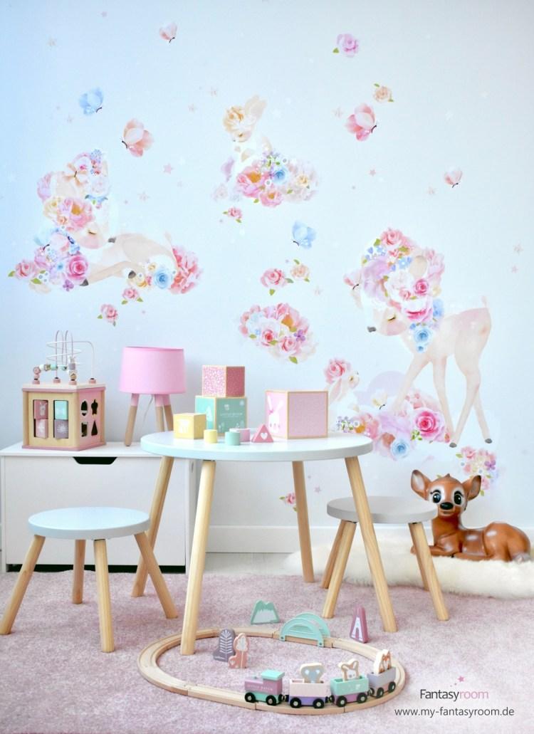 Kinderzimmer für Mädchen mit Stoff Wandbild, Holztruhe und Sitzgruppe