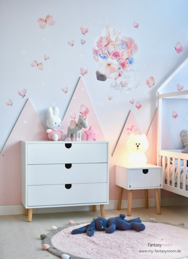 Rosa Berge im Kinderzimmer mit Einhorn Wandtattoo