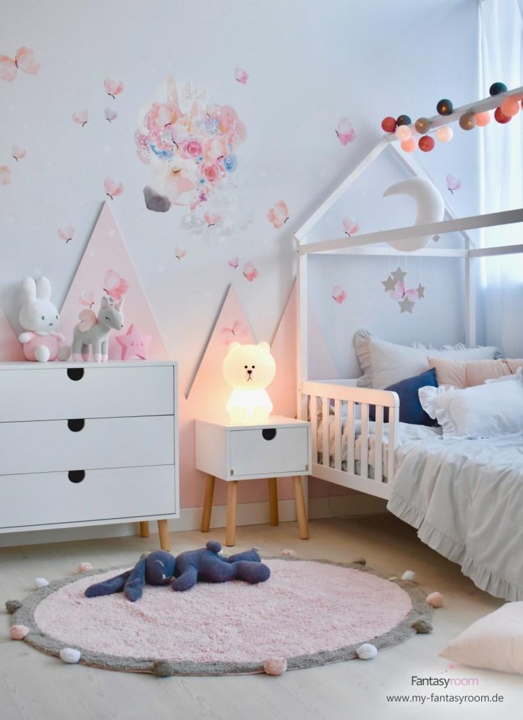 Stofftattoo 'Einhorn' im Mädchenzimmer mit rosa Bergen und Hausbett