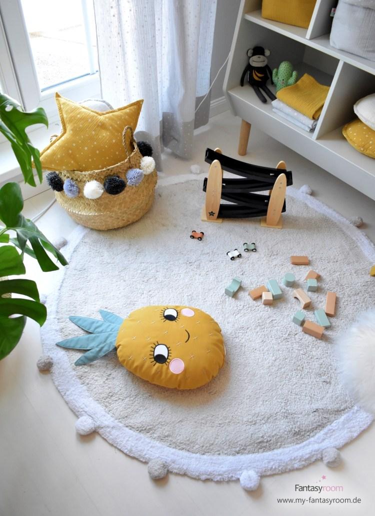Kinderzimmer in Grau und Gelb mit Bloomingville Flechtkorb mit Pompons