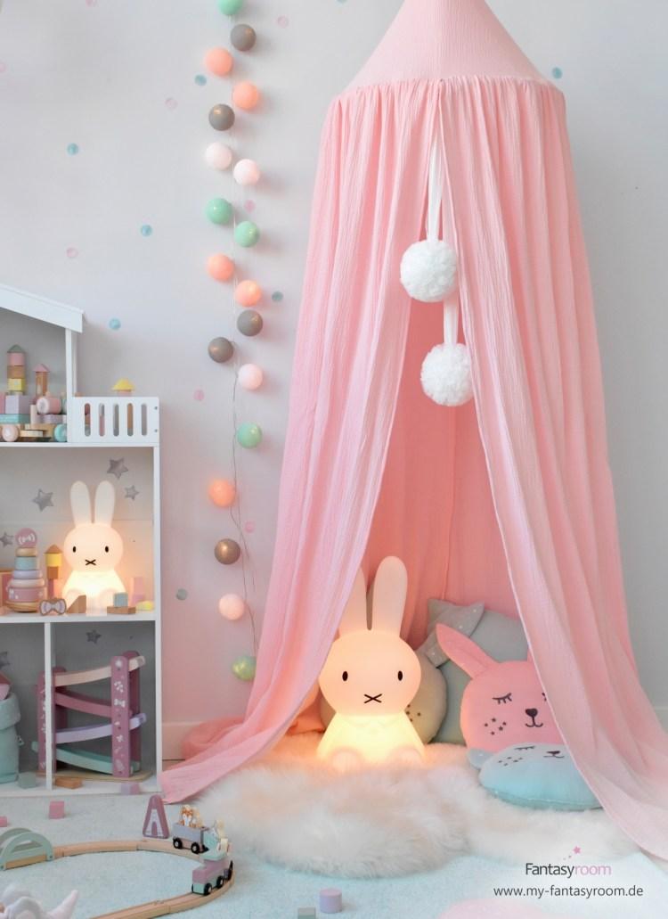 Kuschelecke für Mädchen mit rosa Baldachin, Miffy Lampen, Lammfell und Kuschelkissen