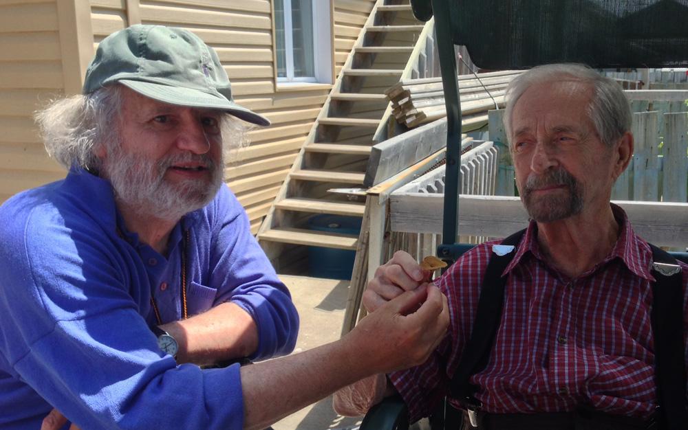 Roland présente un champignon à Charles-André