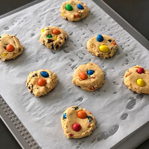 Etape 7 : Former des boules de cookies aux m&m's et mettre sur plaque