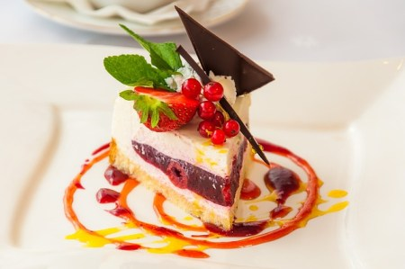 Une part de gâteau aux fruits, léger et frais pour bien terminer un repas