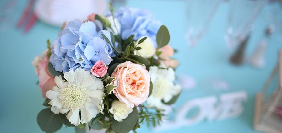 bouquet de fleurs sur fond turquoise