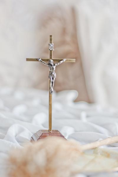 crucifix posé sur un drap froissé blanc