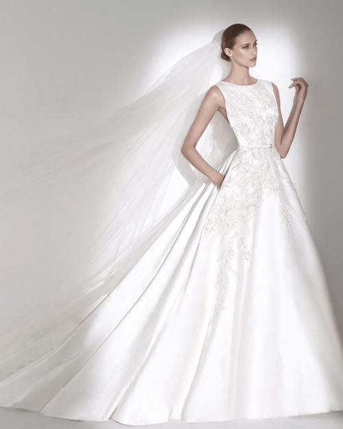 Robe de mariée à col rond sans manche et large traine en satin