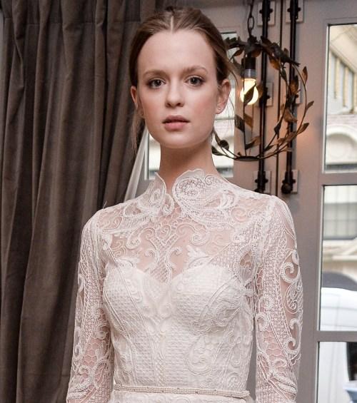 Robe de mariée à col montant en dentelle