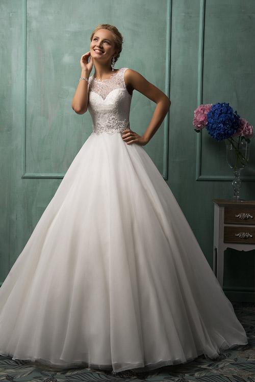 Robe de mariée façon princesse avec jupe à base large et bustier brodé semi transparent façon faux coeur