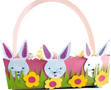 Petit panier d'oeufs de paques décoré de lapins et fleurs en papier