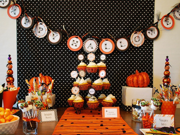 Joli buffet noir et orange pour Halloween et sa décoration de table thématique