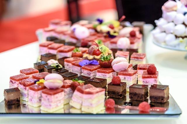 Table de portions de gâteaux au chocolat, meringues, fraisiers...