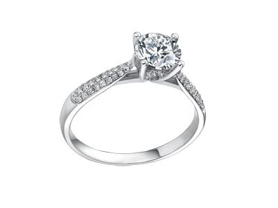 Jolie bague de fiançailles en diamant sur monture en or blanc